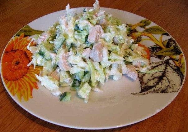 Быстрый салат с курицей и капустой