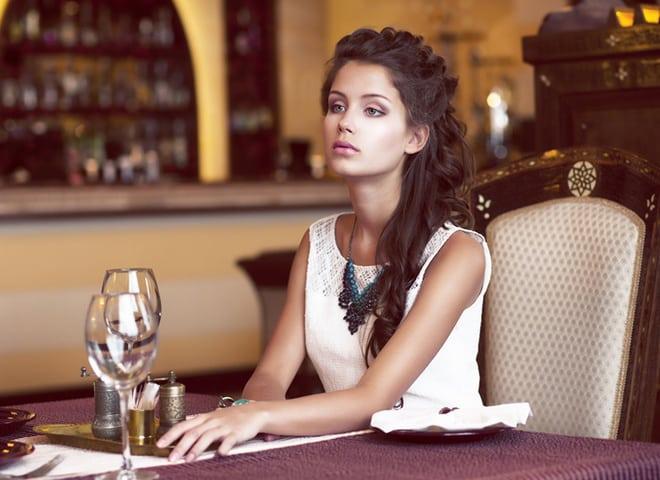 Девушка в ресторане на аву