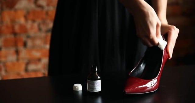 Интересный лайфхак: как разносить тесную обувь