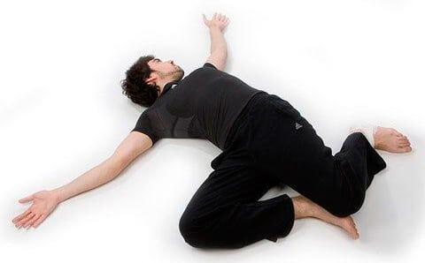Простое упражнение «Крокодил», которое избавит вас от неприятных болей в спине