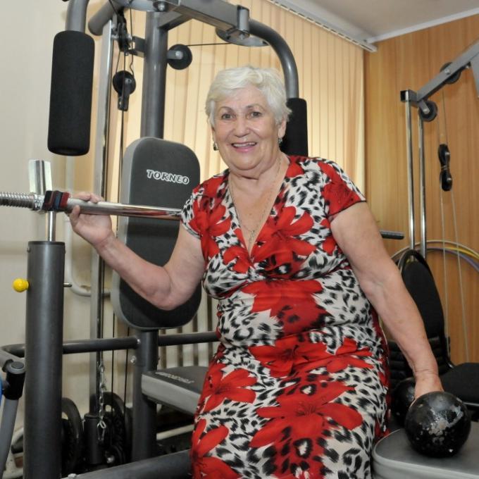 В 82 года она жмет 52кг и занимается в полную силу! Достойно уважения!